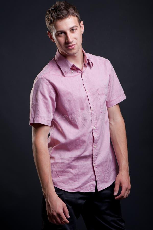 Uomo di smiley in camicia dentellare fotografia stock libera da diritti