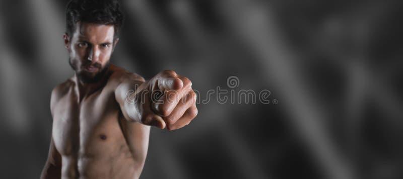 Uomo di sport che indica il suo dito voi immagine stock