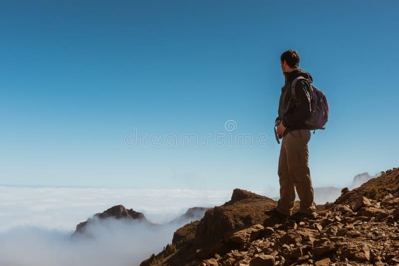 Uomo di sport sopra la montagna Canarino di Tenerife fotografia stock