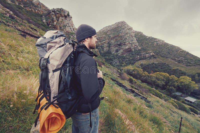 Uomo di trekking della montagna fotografia stock