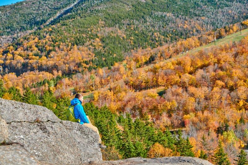 Uomo di viaggiatore con zaino e sacco a pelo al bluff dell'artista in autunno fotografia stock libera da diritti