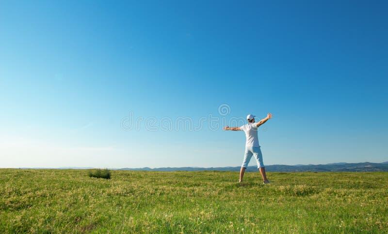 Uomo di vitalità sul campo di estate fotografia stock libera da diritti