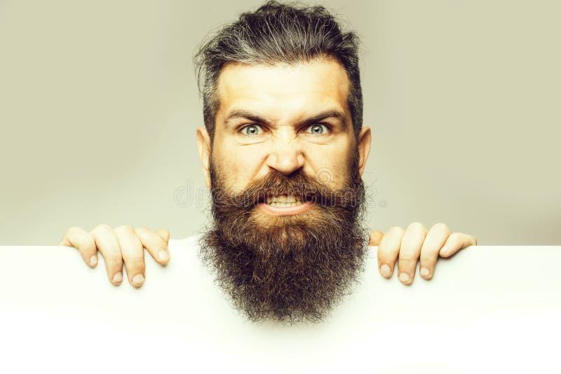 Uomo diabolico barbuto con carta fotografia stock libera da diritti