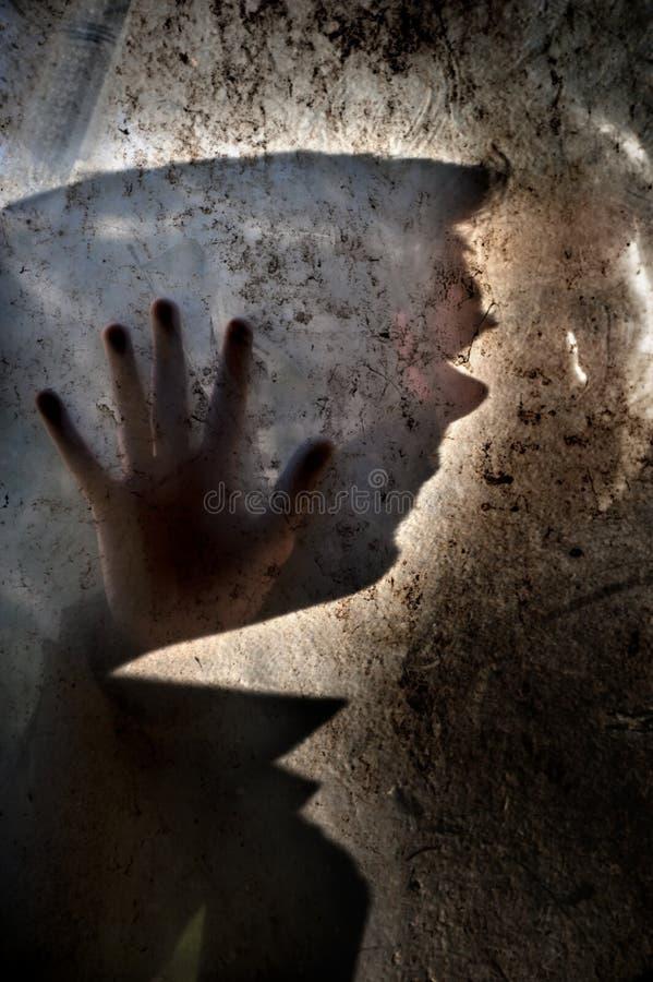 Uomo dietro la finestra sporca fotografie stock libere da diritti