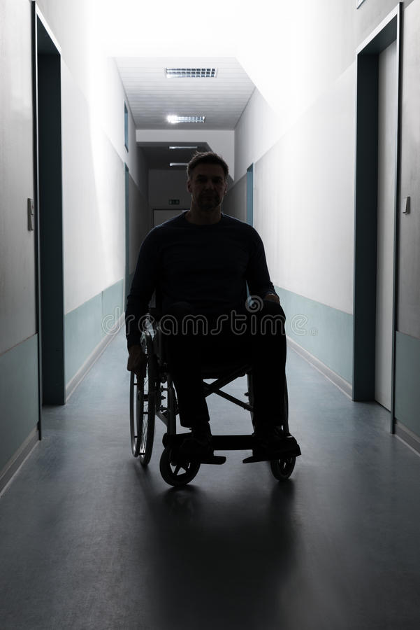 Uomo disabile in ospedale fotografie stock