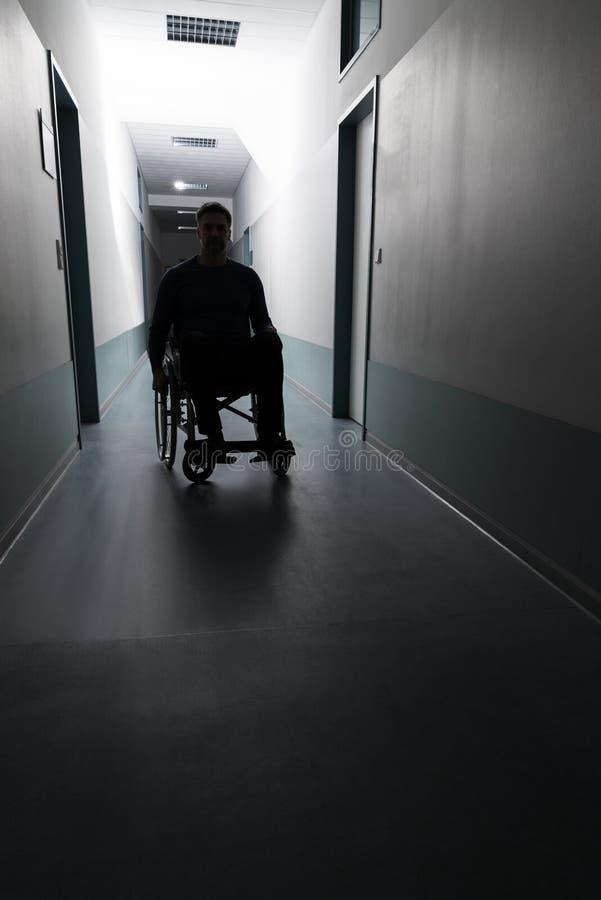 Uomo disabile in ospedale fotografia stock libera da diritti