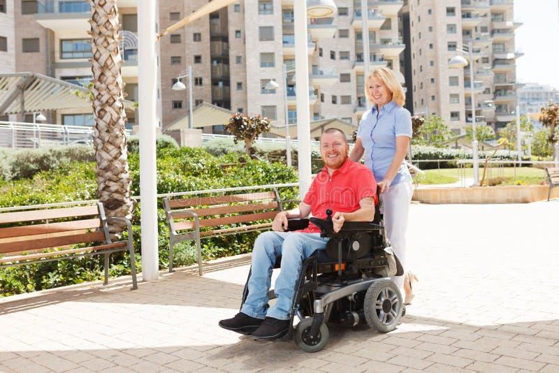 Uomo disabile reale sulla sedia a rotelle fotografie stock libere da diritti