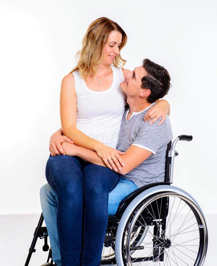 Uomo disabile in sedia a rotelle e nella sua moglie immagine stock libera da diritti