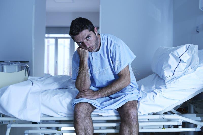 Uomo disperato che si siede di ospedale del letto alla s triste e devastante da solo fotografie stock