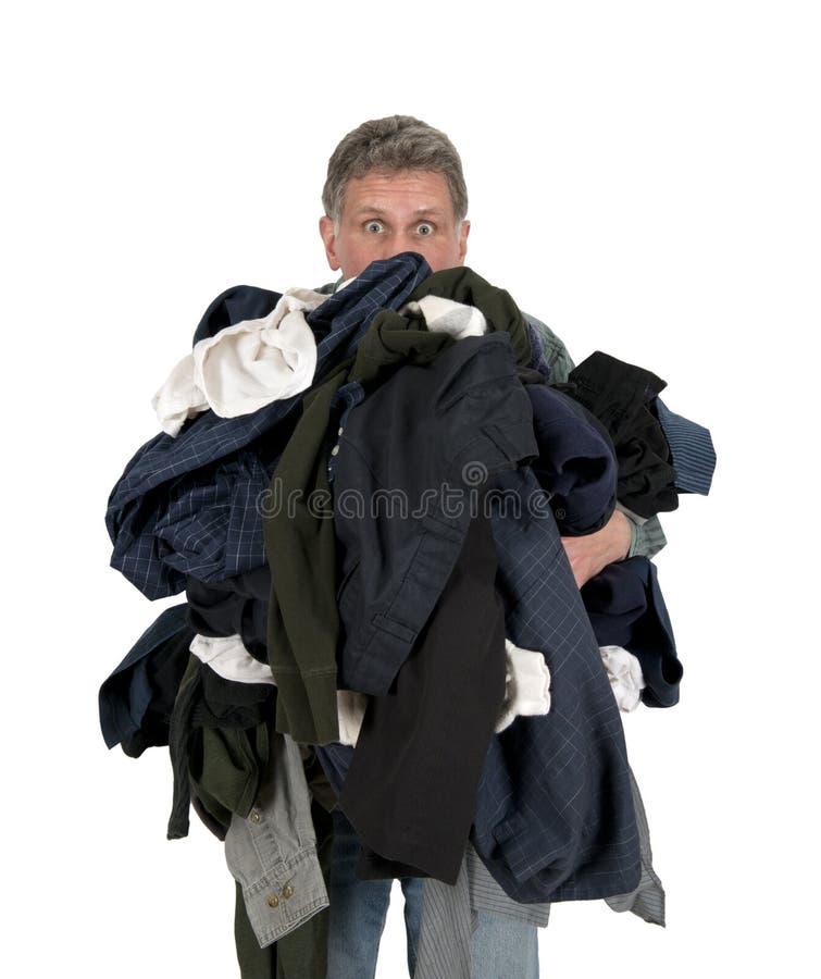 Uomo divertente Armload, vestiti, lavanderia sporca isolata immagine stock libera da diritti