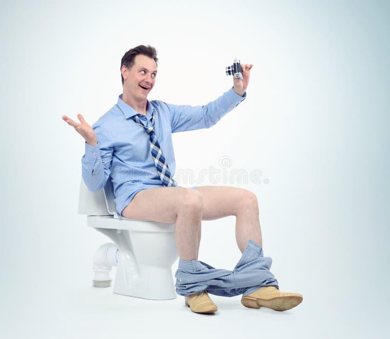 Uomo divertente che si fotografa nella toilette Concetto di Selfie immagine stock libera da diritti