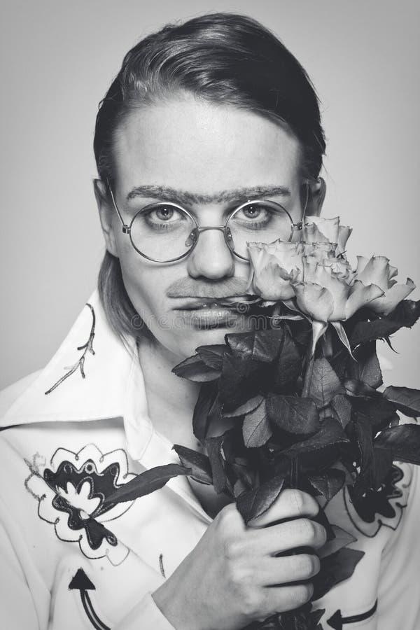 Uomo divertente con i fiori. maschera all'antica fotografia stock