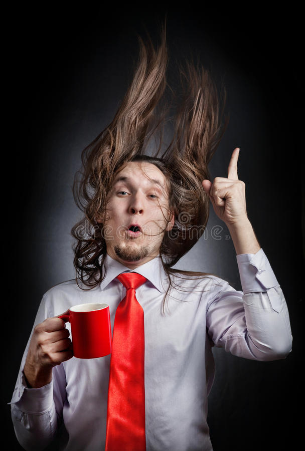 Uomo divertente con la tazza rossa fotografia stock libera da diritti