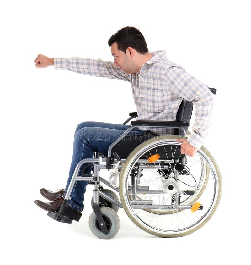 Uomo divertente in sedia a rotelle su fondo bianco fotografia stock libera da diritti