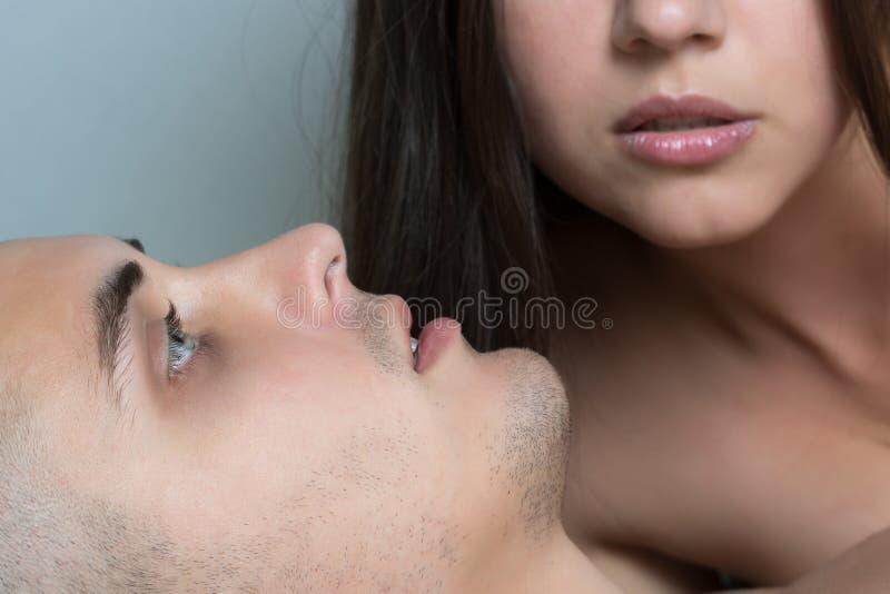 Uomo dopo avere fatto sesso Piacere dei giovani Sesso dei giovani Ente femminile nei precedenti fotografie stock