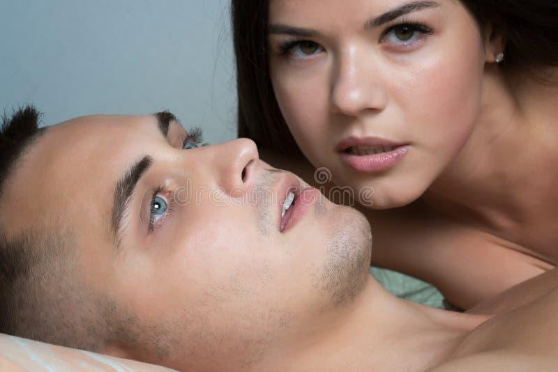 Uomo dopo avere fatto sesso Piacere dei giovani Sesso dei giovani Ente femminile nei precedenti fotografia stock libera da diritti