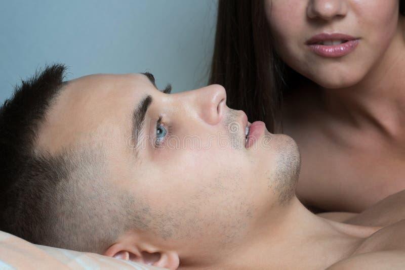 Uomo dopo avere fatto sesso Piacere dei giovani Sesso dei giovani Ente femminile nei precedenti immagine stock