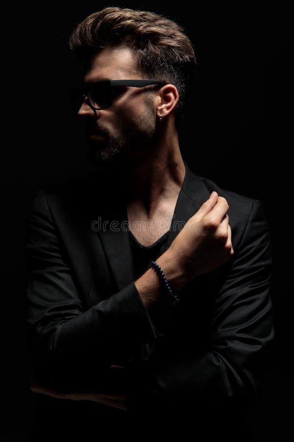 Uomo drammatico motivato che guarda al lato fotografie stock