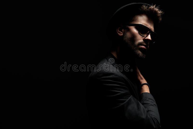 Uomo drammatico motivato che tiene una mano sulla sua spalla fotografie stock libere da diritti