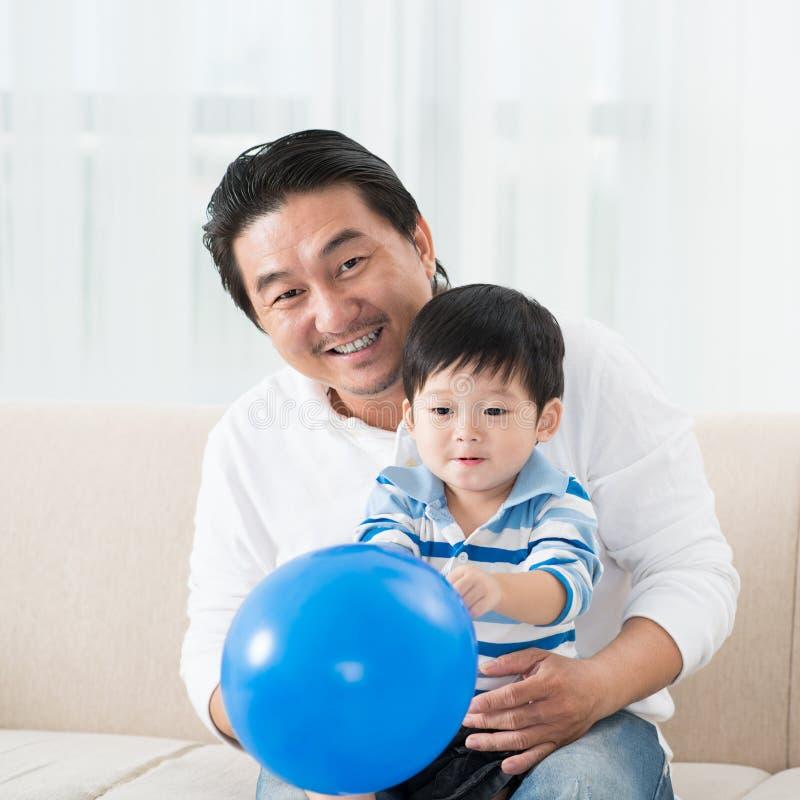 Uomo e bambino allegro immagini stock libere da diritti