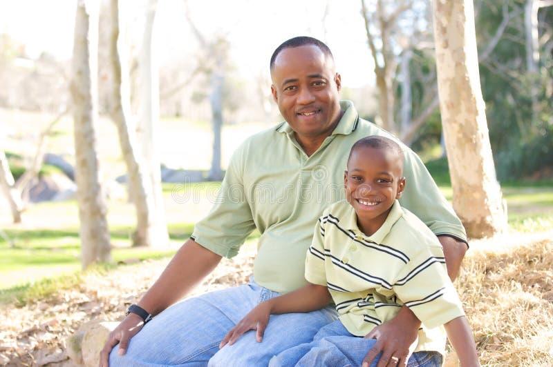 Uomo e bambino che hanno divertimento fotografia stock libera da diritti
