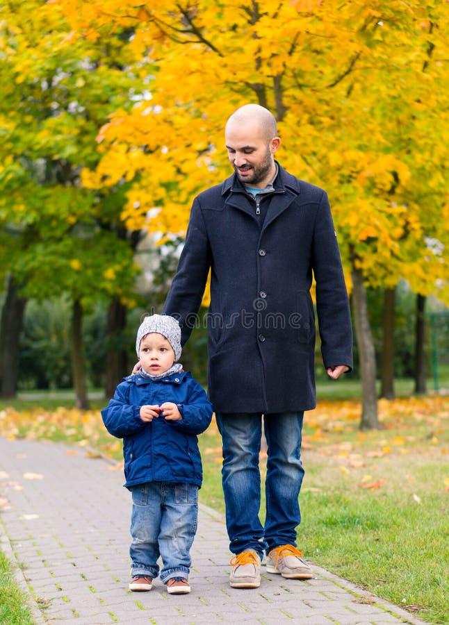Uomo e bambino di camminata fotografia stock libera da diritti
