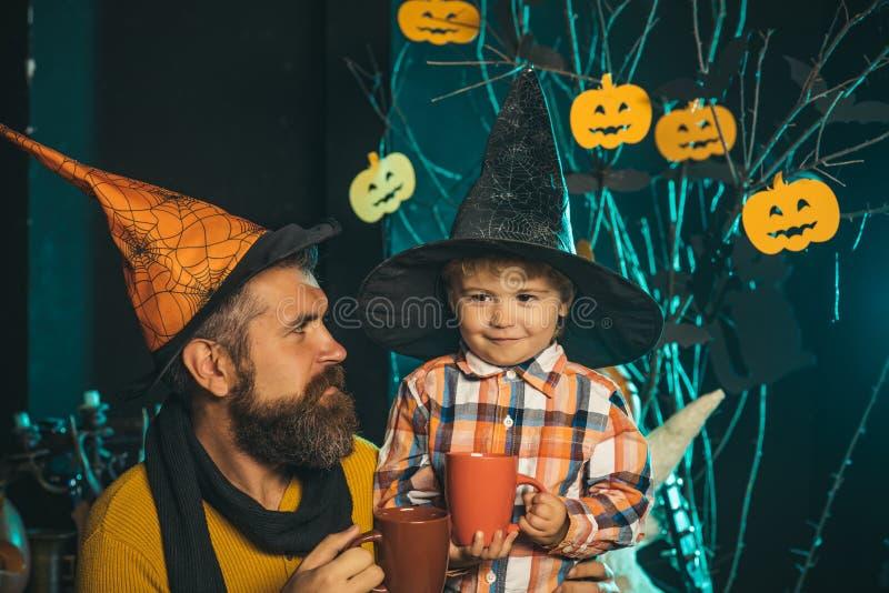 Uomo e bambino di Halloween in cappello della strega immagine stock libera da diritti