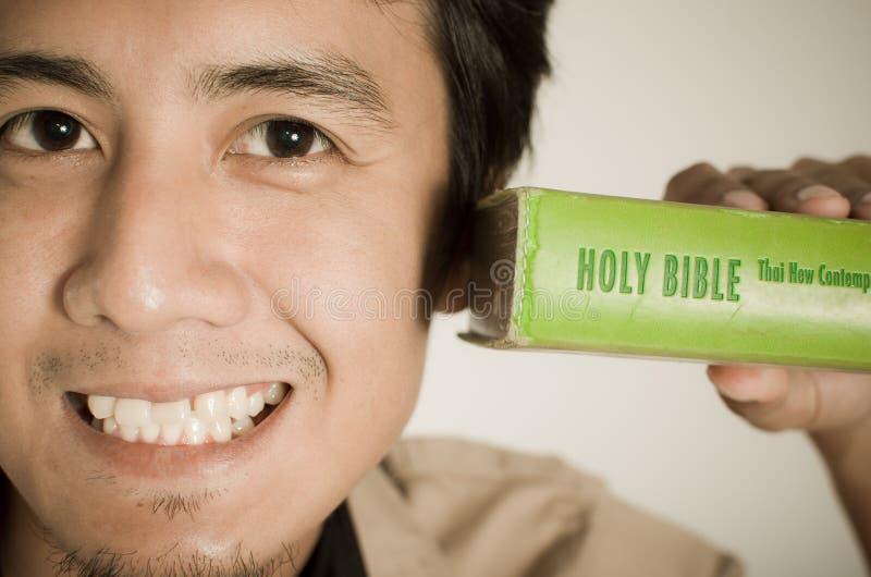 Uomo e bibbia fotografia stock