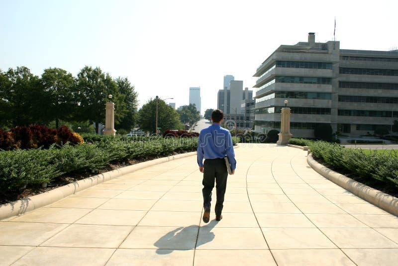 Uomo e calcolatore in città fotografie stock libere da diritti