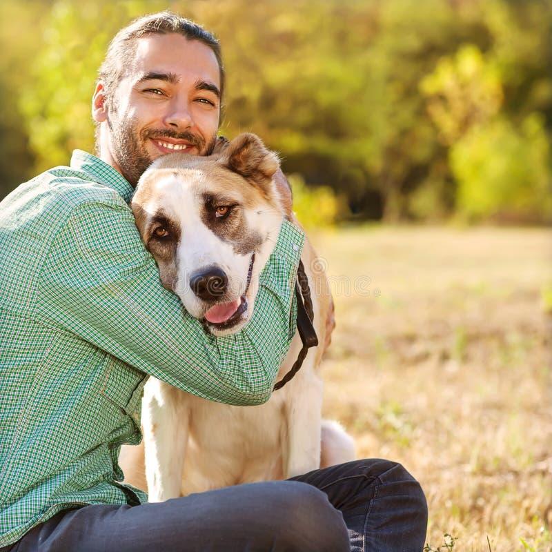 Uomo e cane all'aperto immagine stock