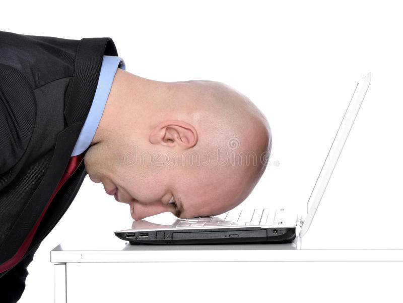 Uomo e computer portatile sollecitati immagini stock libere da diritti