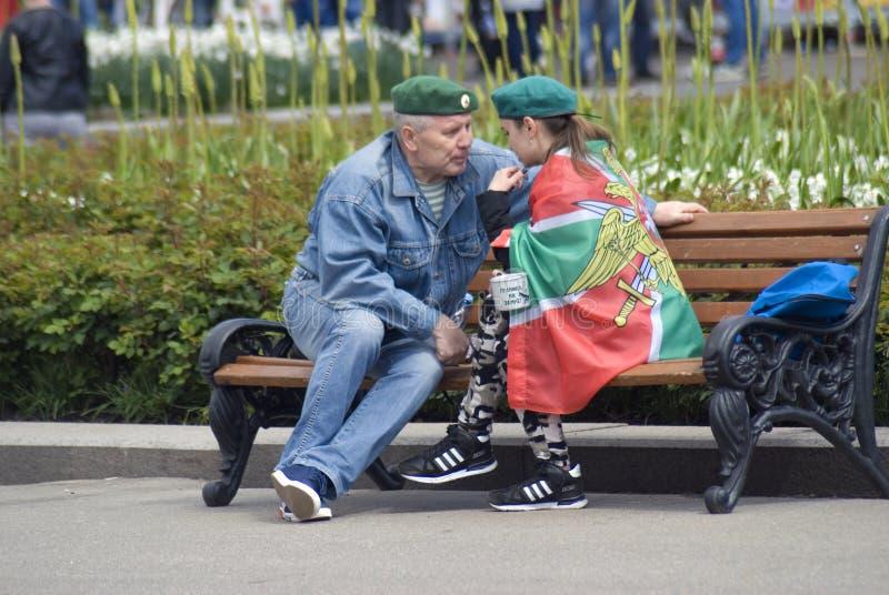 Uomo e donna al giorno della celebrazione della guardia di frontiera a Mosca fotografia stock libera da diritti