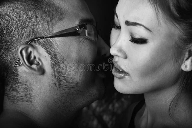 Uomo e donna in attesa di un bacio fotografia stock
