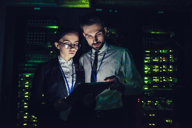 Uomo e donna in centro dati immagini stock