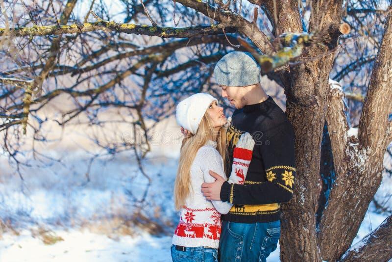 Uomo e donna che camminano nel parco fotografie stock