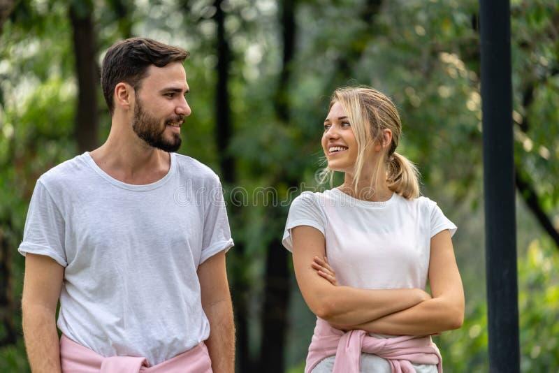 Uomo e donna che camminano nel parco pubblico fotografie stock libere da diritti