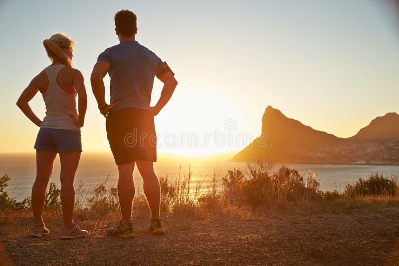 Uomo e donna che contemplano dopo avere pareggiato fotografie stock