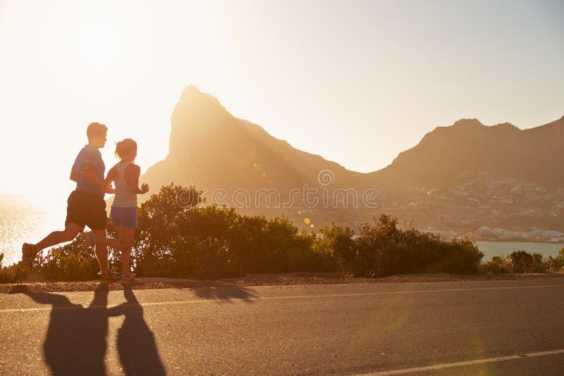 Uomo e donna che corrono insieme immagine stock libera da diritti