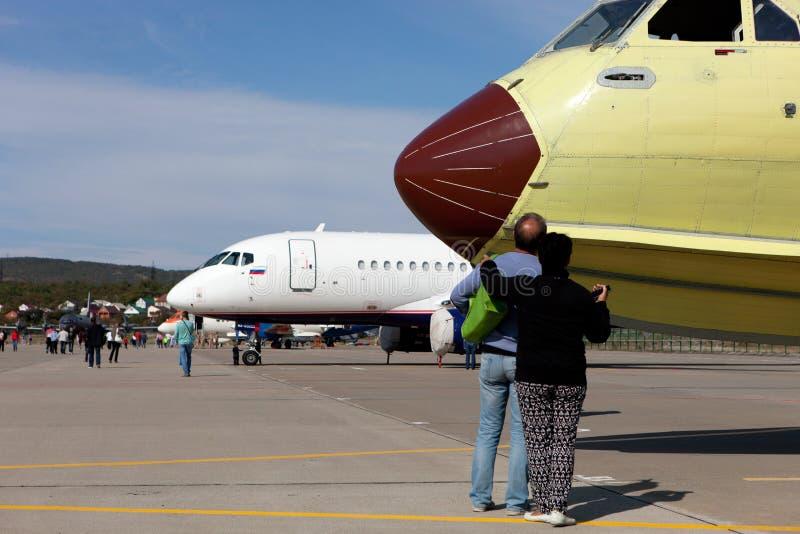 Uomo e donna che esaminano gli aerei nella mostra degli aerei sopra fotografia stock libera da diritti