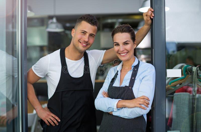 Uomo e donna che lavorano al caffè fotografia stock libera da diritti