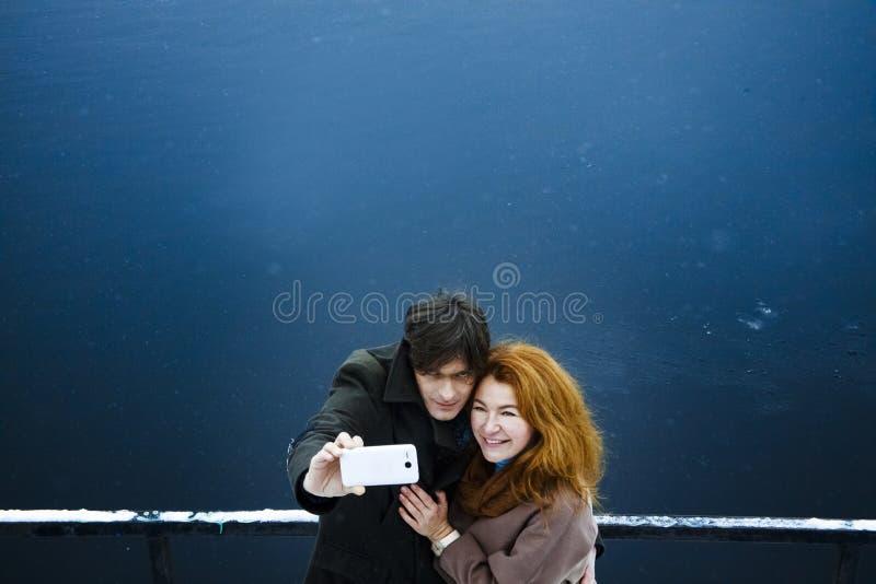 Uomo e donna che si sparano, giorno, all'aperto fotografia stock libera da diritti