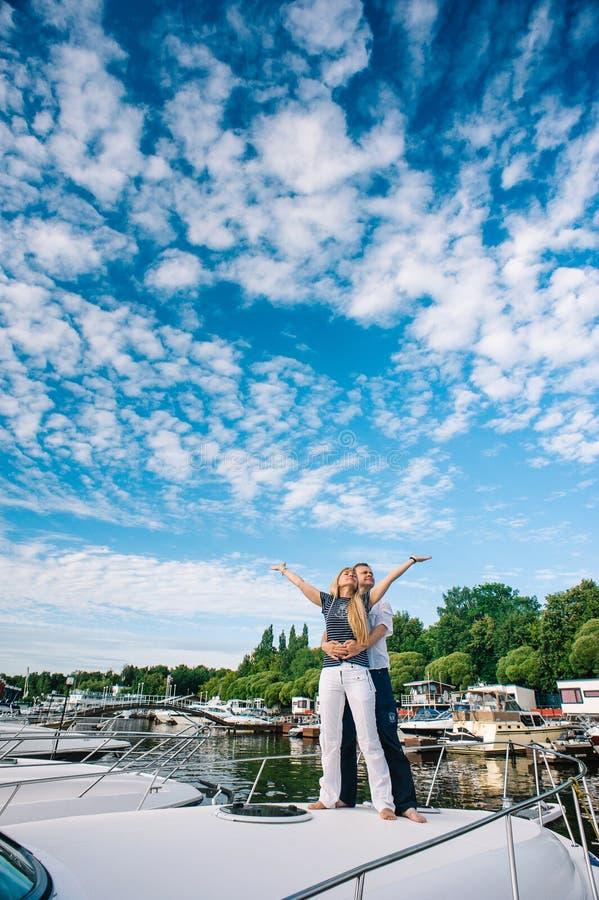Uomo e donna che stanno sull'yacht fotografia stock