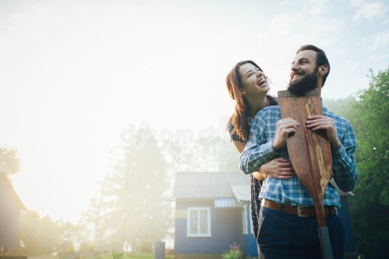 Uomo e donna che stanno sulla costa del lago fotografie stock