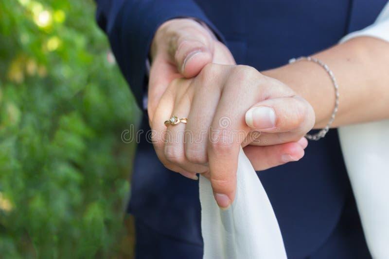 Uomo e donna con la fede nuziale fotografia stock