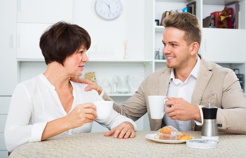 Uomo e donna con le tazze fotografia stock libera da diritti