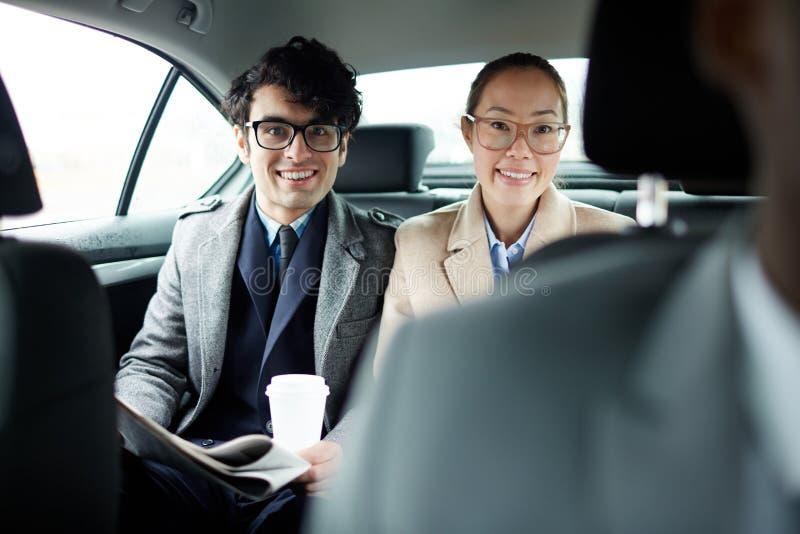 Uomo e donna di affari in taxi immagine stock