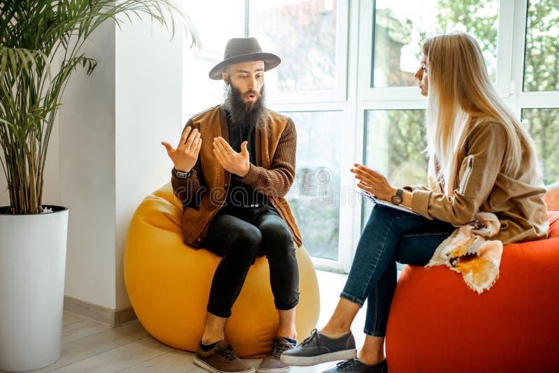 Uomo e donna durante il consiglio psicologico all'interno fotografie stock