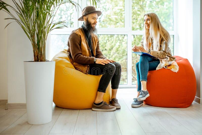Uomo e donna durante il consiglio psicologico all'interno fotografia stock