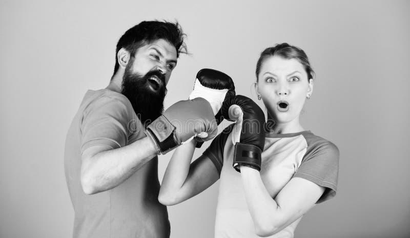 Uomo e donna in guantoni da pugile Concetto di sport di pugilato Coppia l'inscatolamento di pratica dei pantaloni a vita bassa e  fotografia stock libera da diritti
