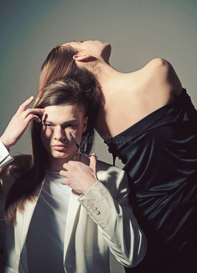 Uomo e donna L'uomo ha tagliato i capelli con le forbici Stile di capelli e skincare Coppie di modo nell'amore Relazioni di amici immagini stock